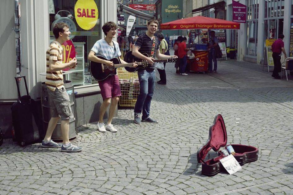 Foto der Singer-Songwriter-Band Strandheizung auf ihrer Sommer-Tour 2014 in Eisenach. Foto: Hagen Ebrecht.