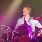 Volker Westhaus mit blonden Haaren sitzt hinter seinem Schlagzeug und blickt lächelnd zur Seite, Foto: Strandheizung.