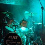 Schlagzeuger Volker Westhaus von Nebel umhüllt bei einem Auftritt der Band Strandheizung, Foto: Strandheizung.