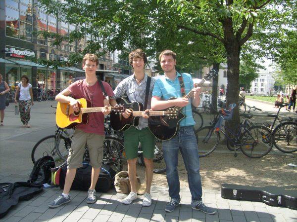 Foto der Singer-Songwriter-Band Strandheizung auf ihrer Sommer-Tour 2014 in Leipzig. Foto: Gabriele Sergel.