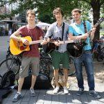 Die Musiker der Band Strandheizung stehen auf einem Platz in der Leipziger Innenstadt. Sie haben ihre Instrumente dabei. Hinter ihnen stehen Fahrräder. Bäume ragen auf, Foto: Gabriele Segel