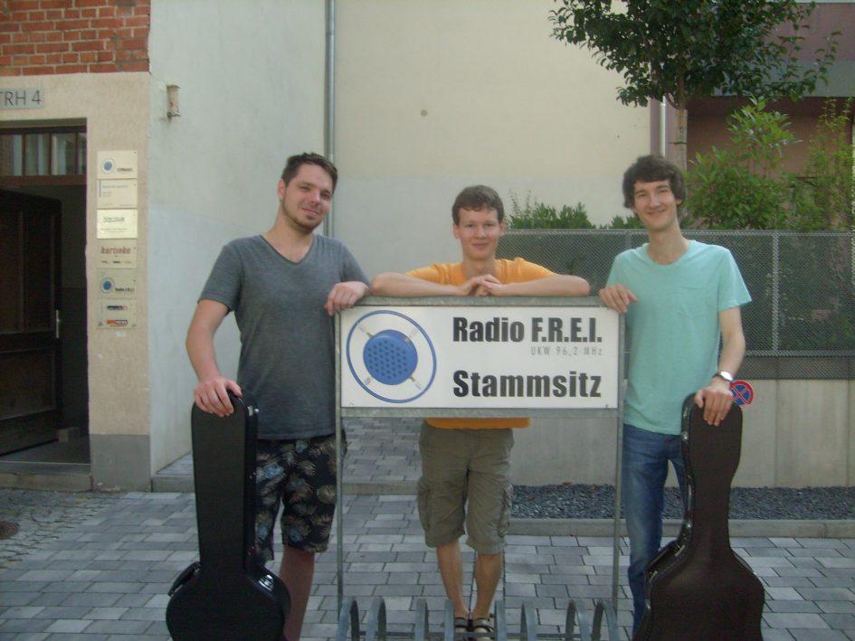 Foto der Singer-Songwriter-Band Strandheizung vor dem Studio von Radio F.R.E.I. Erfurt. 2015. Foto: Strandheizung.
