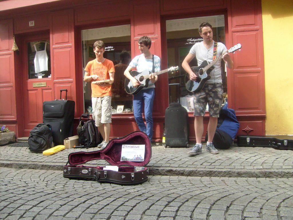 Foto der Singer-Songwriter-Band Strandheizung auf ihrer Tour 2015 in Erfurt. Foto: Strandheizung.