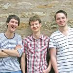 Die Drei Musiker Florian Eib, Dominic Eib und Marcus Gloge stehen vor einer Steinwand und blicken lachen in die Kamera, Foto: Michelle Eib.