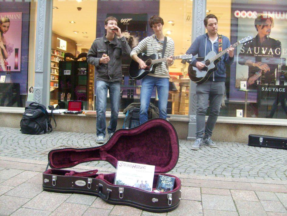 Foto der Singer-Songwriter-Band Strandheizung bei Straßenmusik in Eisenach. 2015. Foto: Strandheizung.
