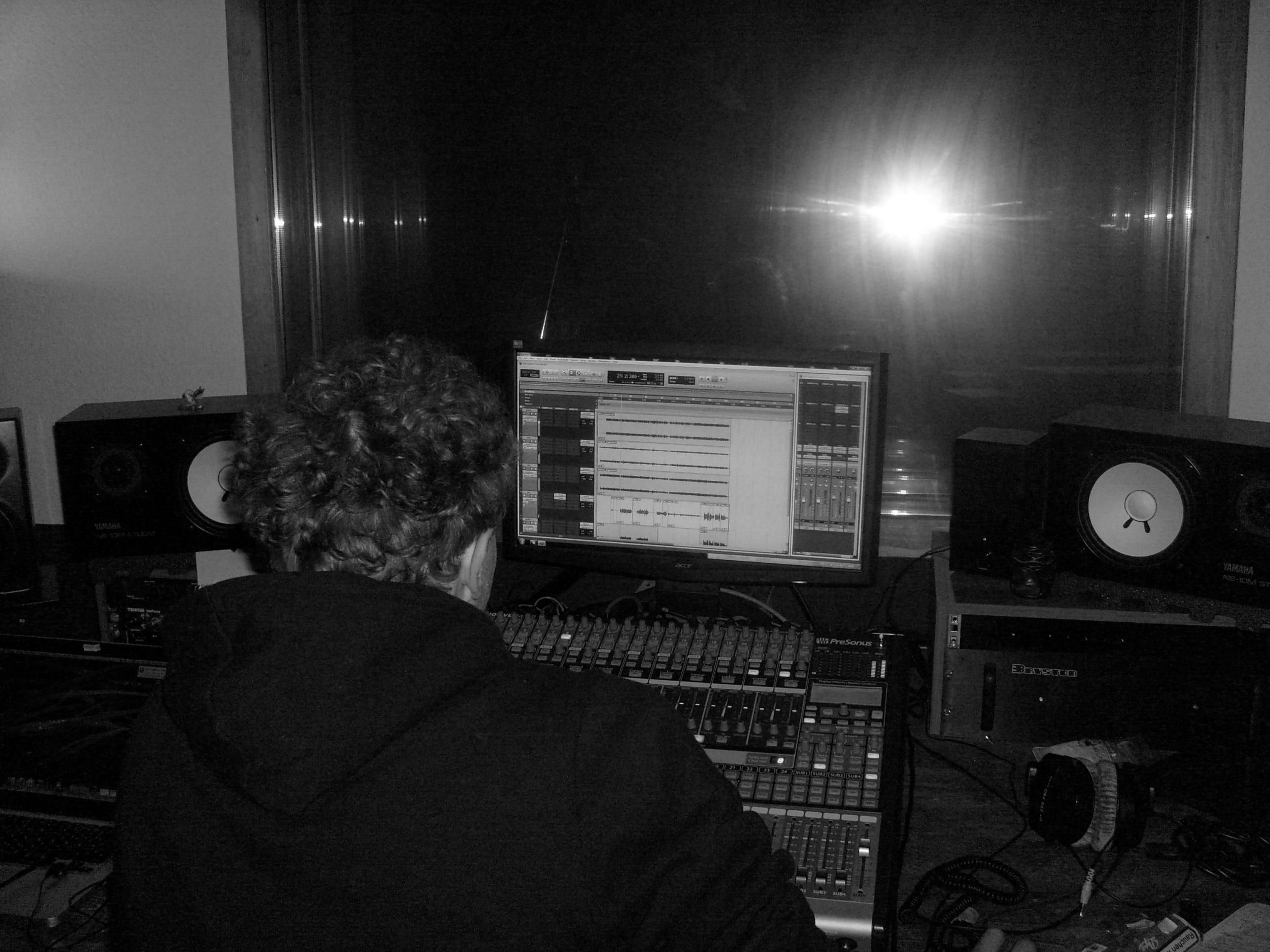 """Foto der Aufnahmen für das Akustikalbum """"Natürlich Taktvoll"""" der Singer-Songwriter-Band Strandheizung von 2015. Foto: Dominic Eib."""