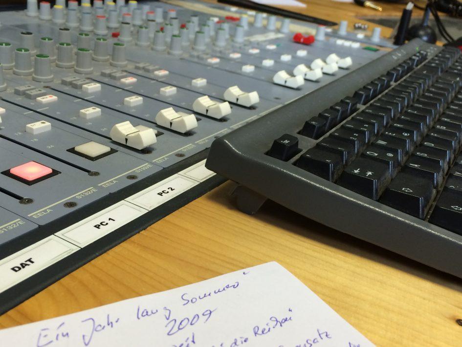 """Foto von der Aufzeichnung der Radiosendung """"Musictalk"""" des NB-Radiotreffs 88,0 mit der Singer-Songwriter-Band Strandheizung von 2016. Foto: Florian Eib."""