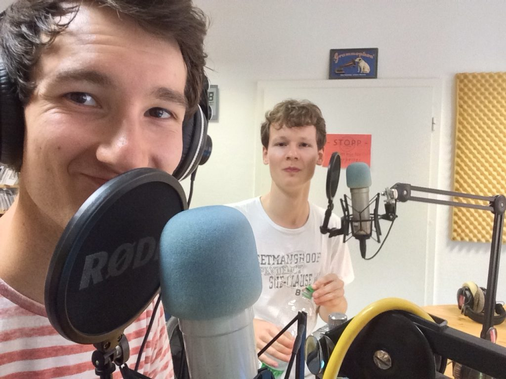 """Foto von der Aufzeichnung der Radiosendung """"Musiktalk"""" des NB-Radiotreffs 88,0 mit der Singer-Songwriter-Band Strandheizung von 2016. Foto: Florian Eib."""