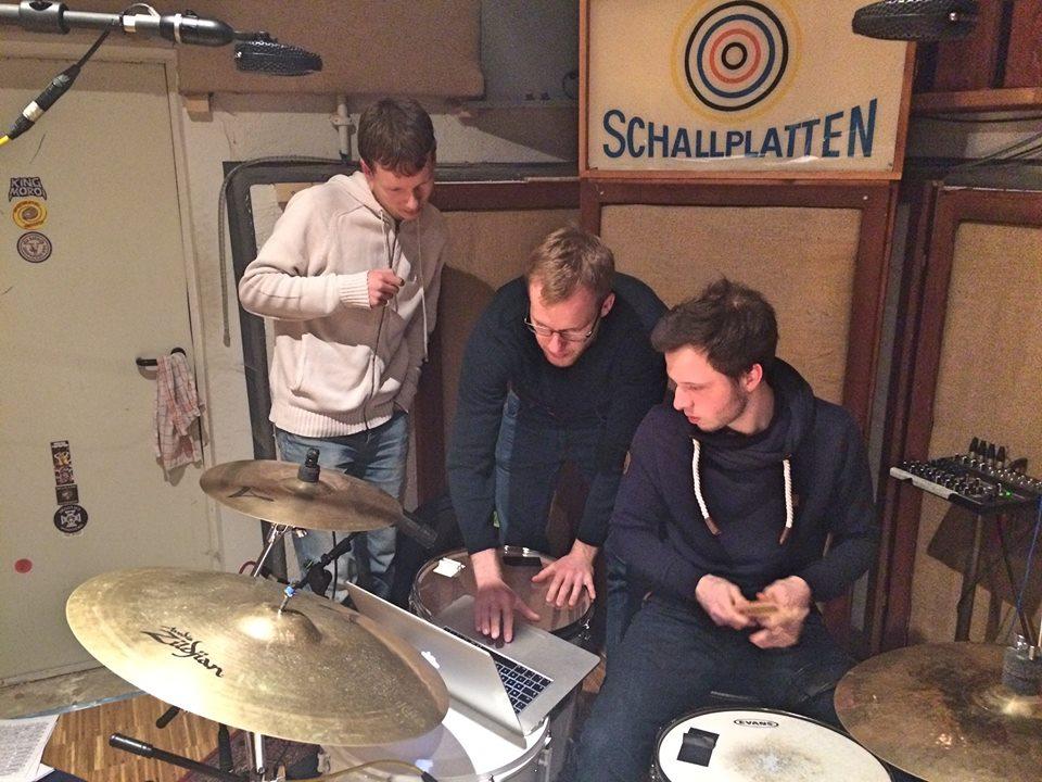 """Foto von der Produktion des Studioalbums """"Einfach Tanzen"""" der Singer-Songwriter-Band Strandheizung von 2017."""