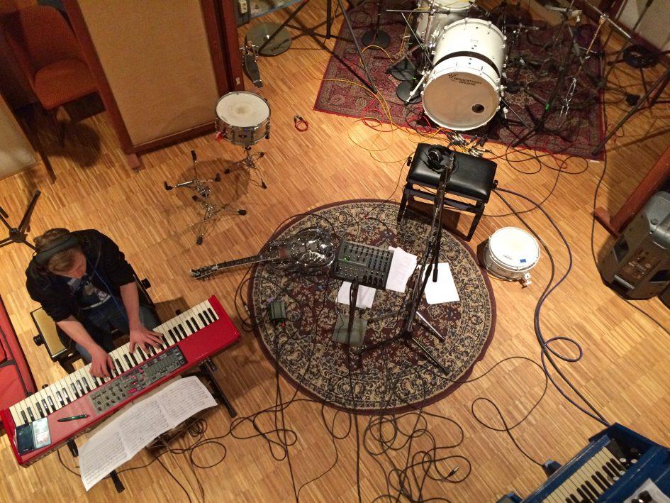 """Foto von der Produktion des Studioalbums """"Einfach Tanzen"""" der Singer-Songwriter-Band Strandheizung von 2017. Foto: Dominic Eib."""