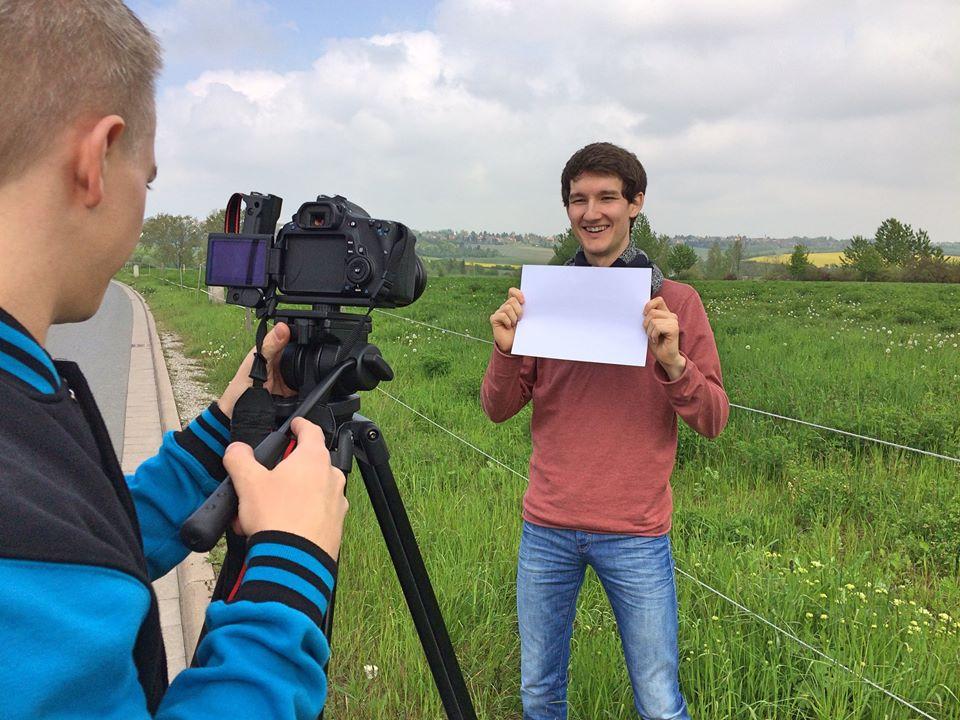 """Making-of-Foto vom Videodreh zum Song """"Euphorie"""" der Singer-Songwriter-Band Strandheizung von 2017."""