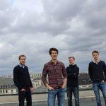 Zu sehen ist die Singer-Songwriter-Band Strandheizung im Jahr 2017. Fotografiert von Thomas Witte. Die Musiker stehen auf einem Hausdach. Im Hintergrund sind Hausdächer und der dunkelgraue Himmel zu sehen, Foto: Thomas Witte.
