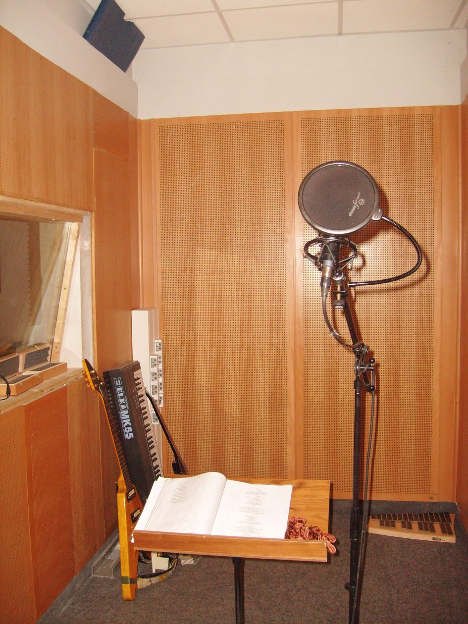 """Das Foto zeigt einen Aufnahmeraum des Atomino-Studios Erfurt bei den Aufnahmen der Singer-Songwriter-Band Strandheizung für ihr Debütalbum """"Ein Jahr lang Sommer"""". Foto: Strandheizung."""