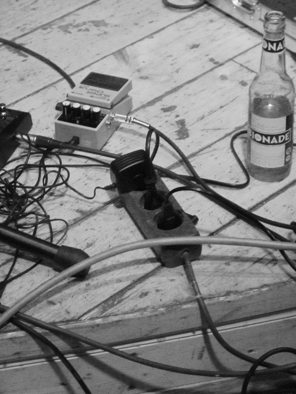 Das Foto zeigt einen Teil der Bühne bei einem Auftritt der Singer-Songwriter-Band Strandheizung in Gotha 2010. Foto: Hagen Ebrecht.