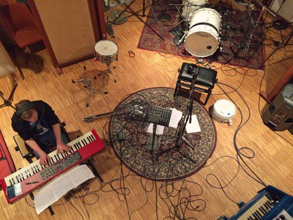 """Foto von der Produktion des Studioalbums """"Einfach Tanzen"""" der Singer-Songwriter-Band Strandheizung."""