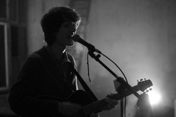 Foto von Florian Eib von der Singer-Songwriter-Band-Strandheizung. Foto: Strandheizung.