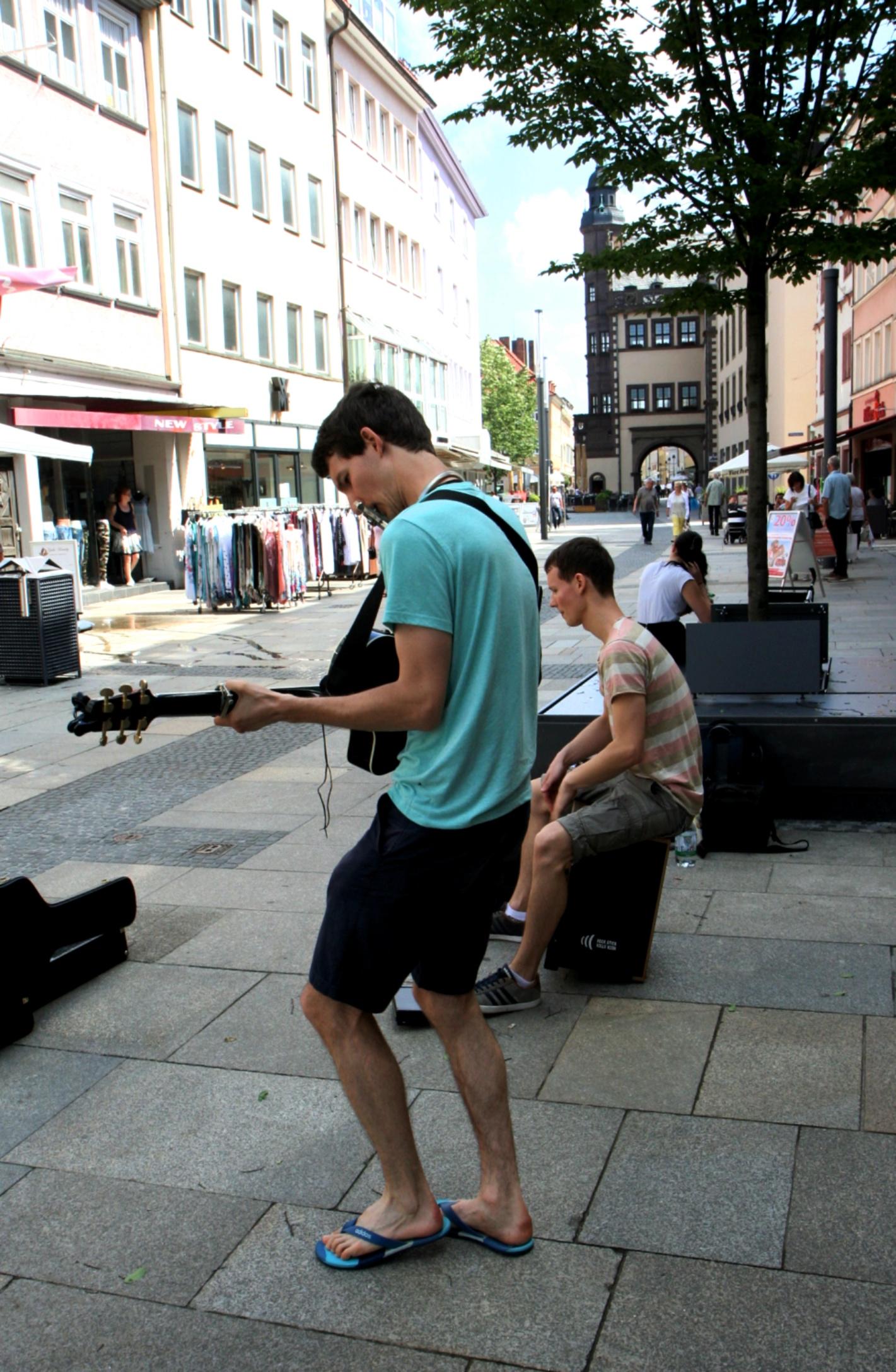 Foto der Singer-Songwriter-Band Strandheizung bei Straßenmusik in Schweinfurt 2018.