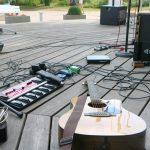 Foto des Equipments der Singer-Songwriter-Band Strandheizung auf der Kurbühne Baabe 2018.