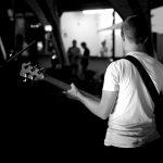 Auftrittsbild der Singer-Songwriter-Band Strandheizung vom Lichterfest Erfurt 2018. Zu sehen ist Bassist Johannes vor dem Publikum beim Lichterfest Erfurt. Foto: Tomke Koop.