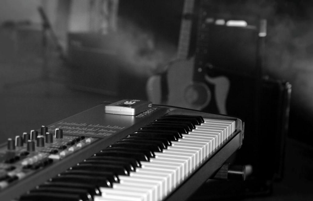 Detailaufnahme des Pianos der Singer-Songwriter-Band Strandheizung auf der Parkbühne der ega Erfurt von 2018.