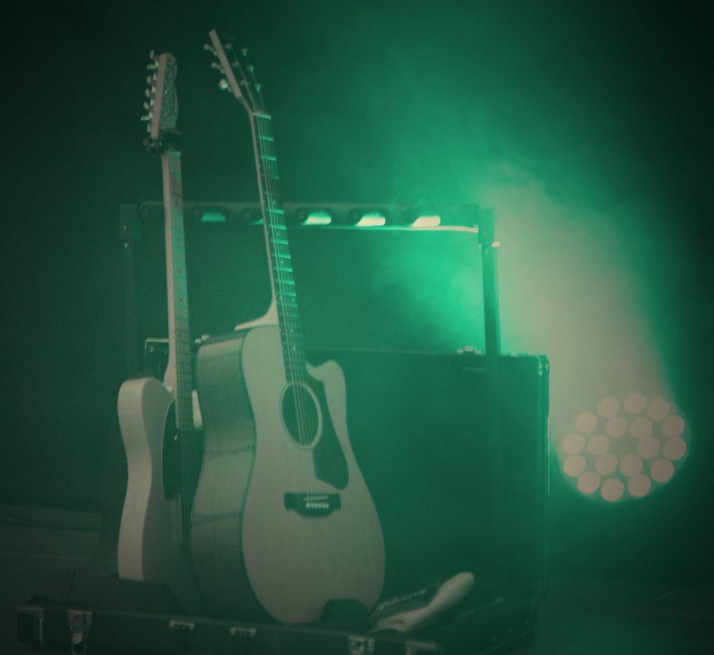 Detailaufnahme der Gitarren der Singer-Songwriter-Band Strandheizung auf der Parkbühne der ega Erfurt von 2018.