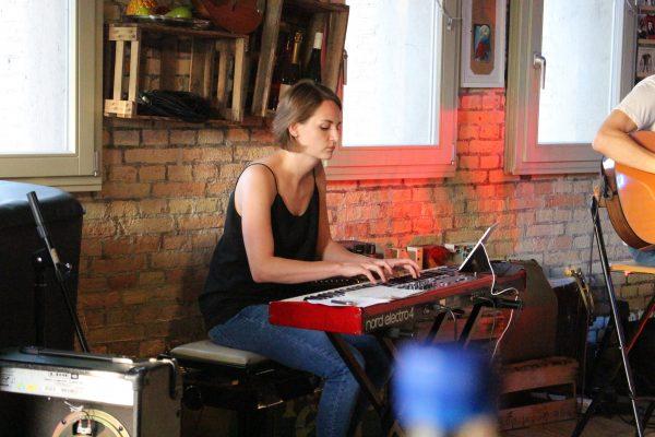 Zu sehen ist die Pianistin Tomke beim Musizieren. Aufgenommen im Spieker Eckernförde beim Auftritt der Singer-Songwriter-Band Strandheizung im Juli 2019.