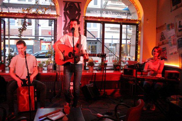 Auftrittsfoto der Singer-Songwriter-Band Strandheizung im Tonfink Lübeck 2019