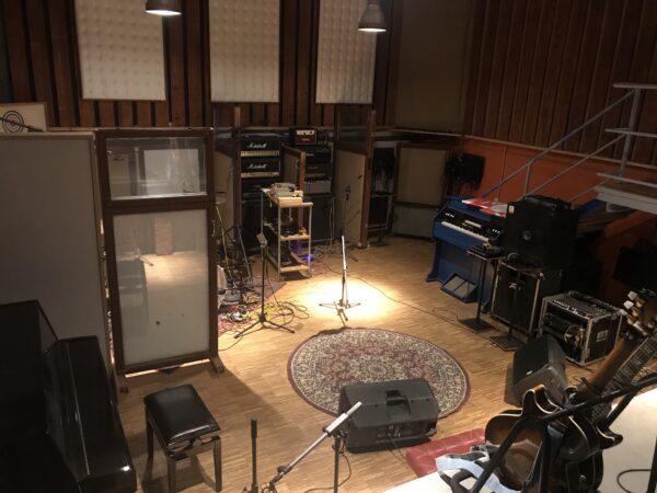 Promotionsfoto für die Aufnahmen der Singer-Songwriter-Band Strandheizung im Atomino-Studio Erfurt 2020.