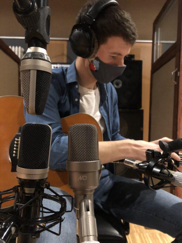 """Florian von der Singer-Songwriter-Band Strandheizung bei den Gitarrenaufnahmen für die EP """"Wunderkinder"""" im Atomino-Studio Erfurt."""