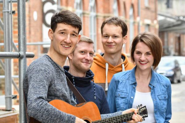 """Presseinfo: Promotionsbild der Singer-Songwriter-Band Strandheizung von 2021. Foto: Jakob Reiche, Die erste Single des neuen Albums heißt: """"Kein Lied""""."""