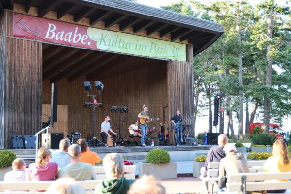 Auftrittsbild der Singer-Songwriter-Band Strandheizung in Baabe 2021. Foto: Johanna Goldstein.