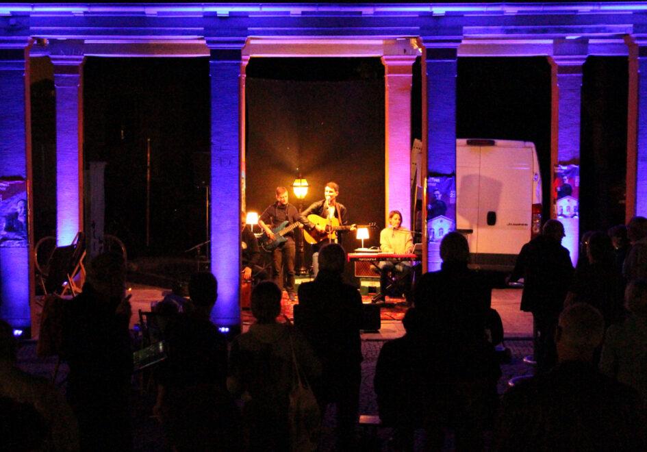 Auftrittsbild der Singer-Songwriter-Band Strandheizung in der Summerlounge des Kunstfestes Weimar 2021 am Kasseturm, Foto: Strandheizung
